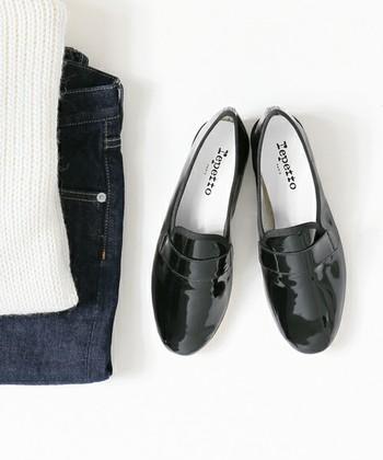 一足持っていると便利な黒い靴は、お気に入りのワンピースやお洋服を、カジュアルにもちょっとしたおめかしにも使い回せるのでとっても便利。