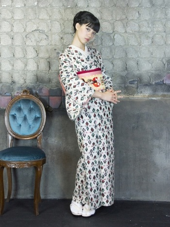 菱のようなデザインの着物。 帯周りをピンク・赤色で統一した可愛らしい着こなしです。