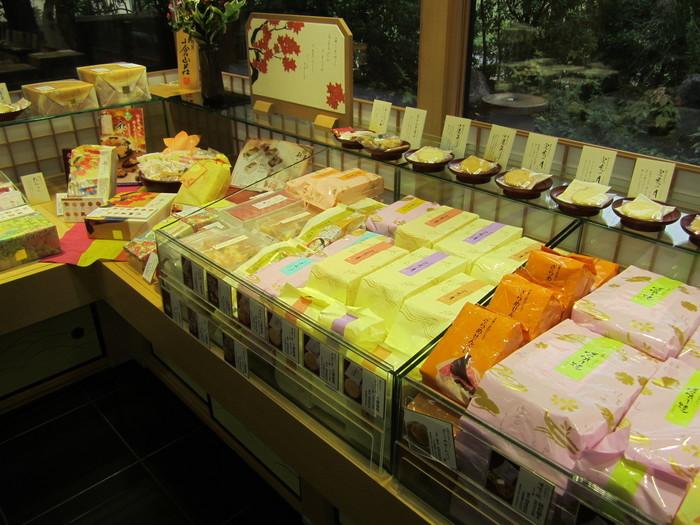 小倉山荘」のおかきは、パッケージそのままに上品な味わい。種類も多く、小袋入りが充実しているので、嵯峨野のお土産にぴったり。