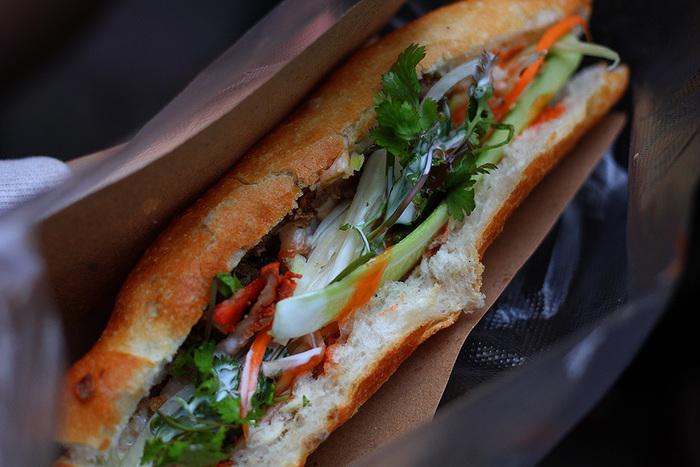 バインミーって、ご存じですか?人気のベトナム風サンドイッチのことです。本場ベトナムには、バインミーの屋台がいっぱい。どこでも買えるポピュラーな軽食なんです。
