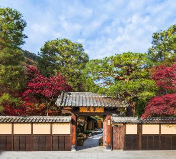 「翠嵐 ラグジュアリーコレクションホテル 京都」内にあるレストラン「京 翠嵐 」は、美術品収集家・茶人としても知られる川崎正蔵氏の別荘として建てられた建物を使い、京都らしい空間。 敷地のすぐ横には、保津川が流れ、とても素敵なロケーション。静かで落ち着いた空間で、贅沢なコースのお料理が頂けます。