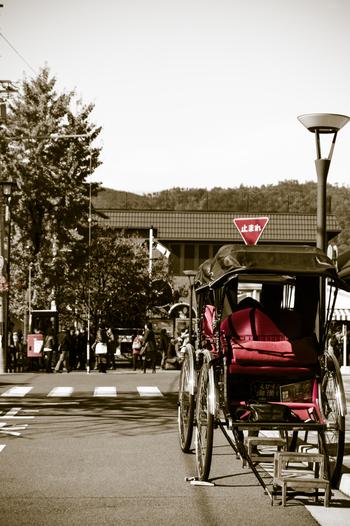 観光客で賑わう嵐電嵐山駅前とは異なり、JR嵯峨嵐山駅周辺は、ゆったりと過ごせる、美味しいカフェやレストランが数々あります。以下で紹介するのは、特に人気の4店です。