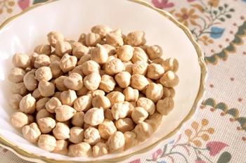 形状がひよこの頭に似ていることから、そう呼ばれるようになったと言われるひよこ豆。ひつじの頭の形、という語源がある、という説も。味はホクホクしています。カルシウムやカリウム、食物繊維も多く含まれています。
