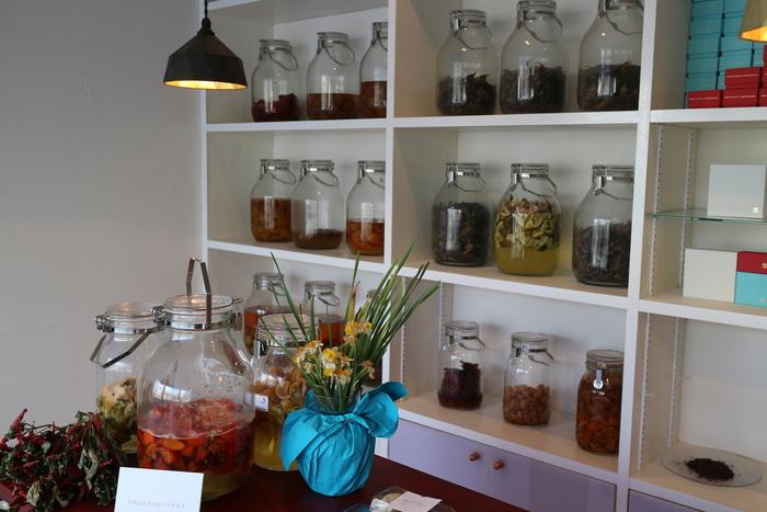 「発酵食堂カモシカ」のすぐ近所には、カモシカの発酵スウィーツ専門店「発酵マルシェ」があります。 カモシカのお菓子は、天然酵母や甘酒、酒粕やチーズ等など発酵食品を使った、ガレットやロールケーキ、生チョコなど。