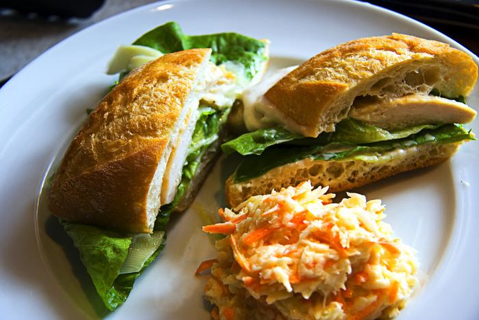 アメリカでは、フライドチキンやバーベキュー肉など、メイン料理の付け合わせとして食べられることが多いですが、サンドイッチの具材となることもあります。