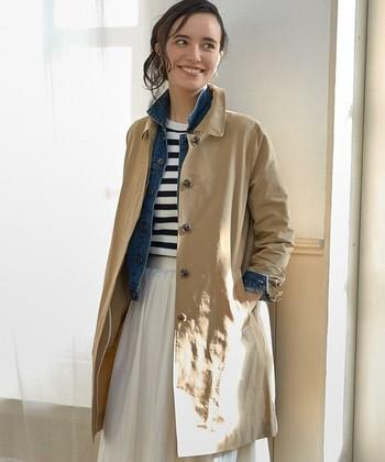 トップスに柄物を合わせるとコンパクトにまとまります。 ふんわりとしたシルエットのフレアスカートには短めのガウンコートがぴったり。