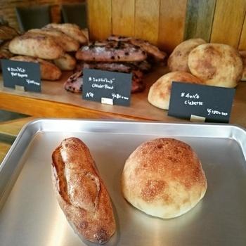 店内は、テーブル席の他、ハード系のパンを中心とした様々なパンが並んでいます。素材一つ一つにこだわったパンは、独創的で本格派と評判。