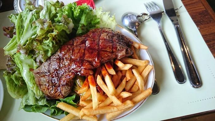 料理は、フランス料理を基本とした、アメリカ東部の伝統料理をアレンジたオリジナルメニュー。 【画像は、新鮮な野菜やたっぷりのフレンチフライポテトが付いた和牛ステーキ。】