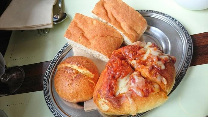 美味しいパンと料理を楽しむのなら、ランチセットがお得。週替りのメイン料理に、自家製パンの食べ放題・サラダ・スープ・ドリンクが付いています。