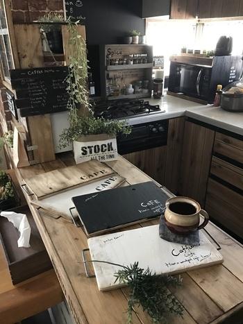 時にちょっとしたスナックバーだったり、お部屋のアクセントだったり、お料理している人と待っている人の憩いの場だったり…キッチンカウンターには利点がいっぱい!  キッチンやリビングに合わせて、思い切ってDIYしてみませんか?