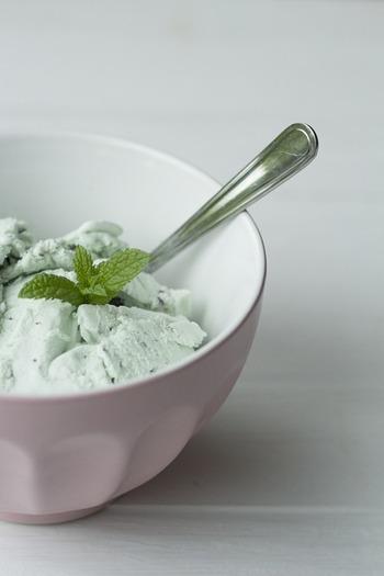 みなさんはミントを使ったレシピ、どれくらい知っていますか?こちらではドリンクからおかずまで、さまざまなミントの使い方をご紹介します。