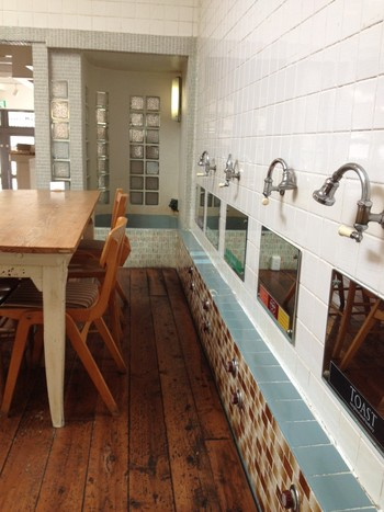 元銭湯を改装した「嵯峨野湯カフェ」。ここかしこに銭湯の面影が残る店内は、スタイリッシュながらもノスタルジックな雰囲気。