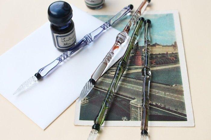 どんな言葉を書こう。 きれいなガラスペンに似合うように、しゃんと背筋を伸ばして書き姿も美しくありたいものです。