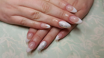 ②ケアされた指先・爪  清潔感は、日々のこまめなお手入れからというのは基本ですね。ネイルをしたり、ハンドクリームでしっとり肌をキープすることで、爪や肌の印象は変わります。自分を丁寧に労わってあげることが、清潔感のある女性に繋がる一歩です。 フレンチネイルは、シンプルながら、その中に女性らしさもある上品なデザイン。お仕事中も、邪魔にならない程度の清潔感あるネイルで手元を彩ってあげてもいいですね。
