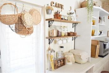 キッチンカウンターを壁際に置いて、さらに棚をプラスしてもNICE。 お気に入りの紅茶やコーヒー、調味料をディスプレイして魅せる収納に。