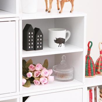 ブロックタイプのカラーボックスは、スペースに合わせてカスタマイズできるので、小さな部屋のキッチンカウンターにぴったり。  段々になるようにスタッキングしてみて。部屋を広くみせることができるスタッキングの仕方です。