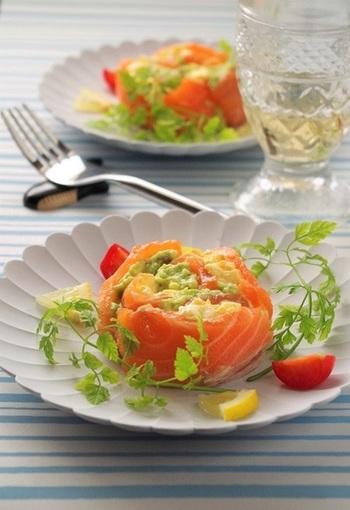 サーモンのオレンジ、卵の黄色、アボカドのグリーン、色鮮やかなサラダロールはおもてなしにぴったりのメニューです。
