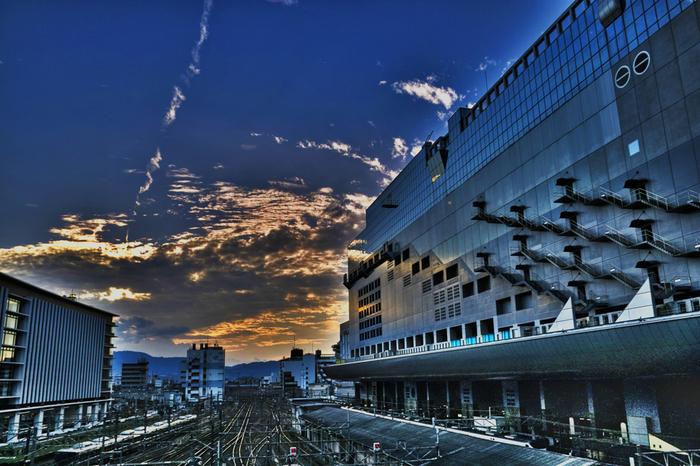 海外からの観光客も、清水寺や金閣寺といった世界遺産同様に、ここ「京都駅」へ訪れることにも心ときめかせ、来日しています。