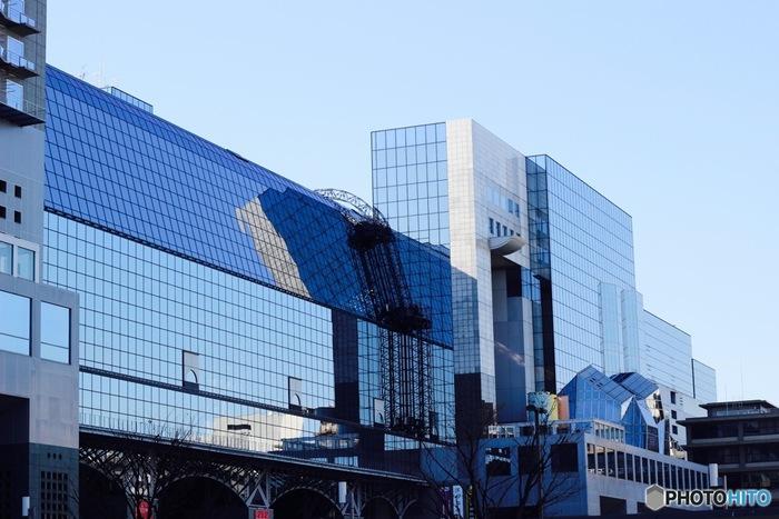 【「京都駅ビル」正面。画像左(東側)が『ホテルグランヴィア京都』、右(西側)が『ジェイアール京都伊勢丹』】