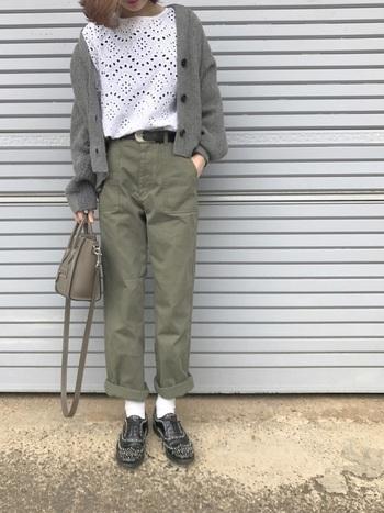 メンズライクなベイカーパンツをコットンレーストップスと合わせたフェミニンな着こなしです。