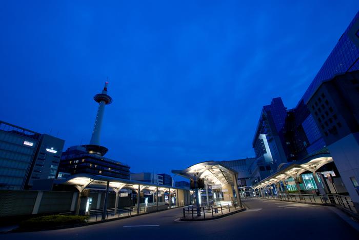 【「中央口」を出ると、駅前にバスターミナルと「京都タワー」。バスターミナルの地下には「地下街ポルタ」が広がっています。】