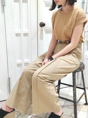 ベージュのチノパンに、キャメル色のTシャツを合わせた同系色コーデ。センタープレスの入ったパンツは縦ラインをさりげなく強調してくれるので脚長効果バツグン♪