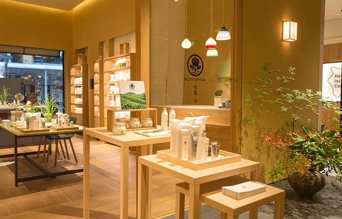 日本・京都発のオーガニックスキンケアブランドである、『KOTOSHINA』。 京都宇治有機緑茶園と、フランスのオーガニックコスメ専門メーカーと提携して作られました。