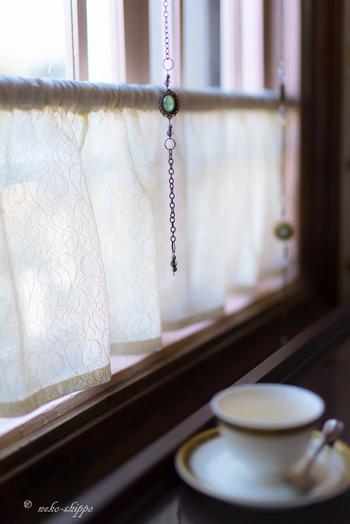 カフェカーテンは日差しを遮るのにも便利。西日が気になる小窓などに利用されてる方も多いかと思います。