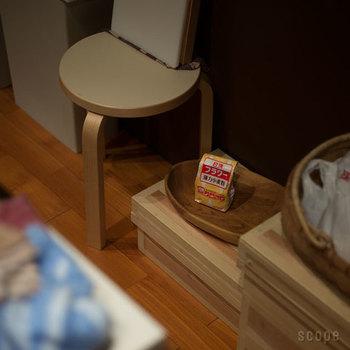 茶箱はしまわずに、上にかごを置いたりしてちょっとした小物置きに使っても◎