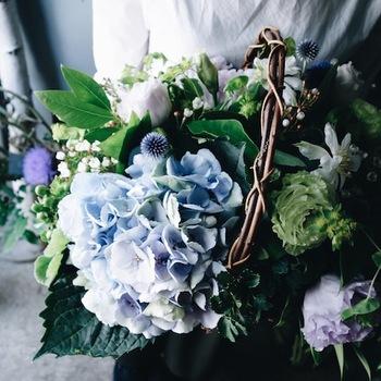 母の日シーズンの旬の花といえば、紫陽花やバラ、芍薬など。この時期はゴージャスなものからナチュラル系まで充実しているので、花屋さんで選ぶのも楽しいですよ。
