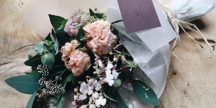 カーネーションにこだわらず、お母さんが好きな花や似合う花で探してみると、バリエーションが一気に広がります。花言葉から選んでみるのもいいですね。