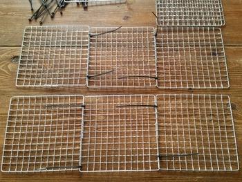 作り方は画像のように、焼き網同士を結束バンドでつなげるだけです。コの字の立方体ができたら、真ん中に焼き網1枚入れて結束バンドで固定したら完成です!詳しい手順は以下のサイトをぜひ参考に♪