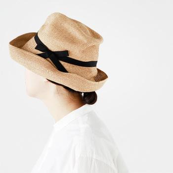 紫外線が強くなる時期。日焼け対策の帽子、ストール、日傘などはお出かけの必需品ですよね。選ぶ時は快適さはもちろん、お母さんがコーディネートしやすいものや、若々しく見えるものを選ぶと◎です。