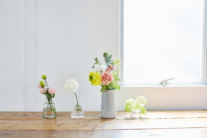 お手持ちの花瓶があったら、一緒に並べてみませんか。ガラスと陶器、実は相性がいいんです。空き瓶やグラスでも大丈夫ですよ。