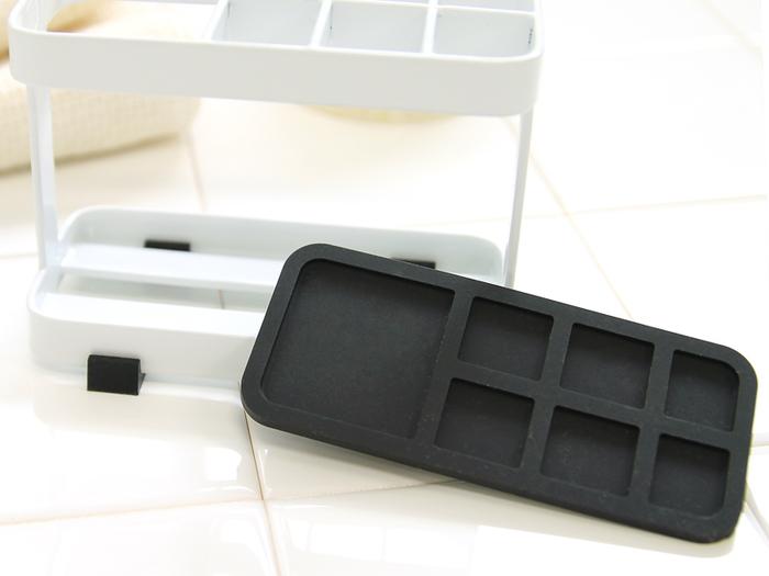 シリコン製の滑り止めマットは取り外しも出来るので、衛生的な作りの歯ブラシスタンドです。