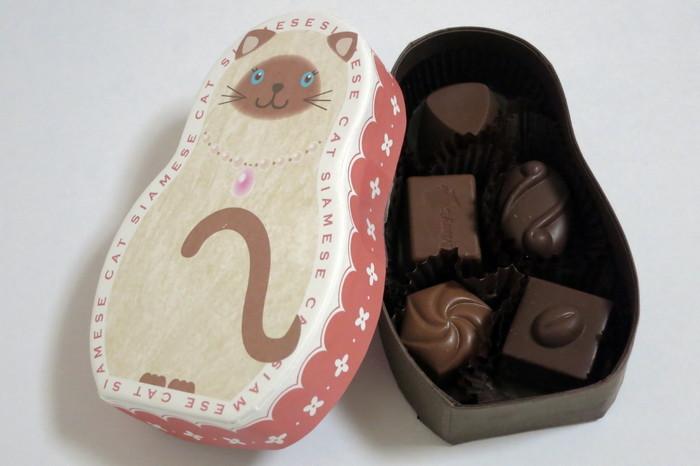 こちらは、こだわりの小粒チョコレートを詰め合わせた「ショコラZOOシリーズ」 ねこモチーフの他にも、パンダ、小鳥、柴犬、アルパカなど、どれもかわいらしい動物モチーフの箱に入っています。 どの子にしようか…どれも可愛いので迷ってしまいそうですね。