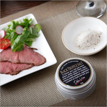800円(税別)  ピエモンテ州のトリュフとフランスのゲンランドの塩でできた上質なトリュフソルトです。サラダや焼いたお肉に振りかけるだけで、気軽にトリュフの風味を楽しむことができます。黒トリュフと白トリュフの2種類あります。いつもの食卓をちょっとリッチにしてくれる一品です。おうち飲みが好きな方にもおすすめです。