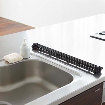 使わない時には、くるくるっと丸めてコンパクトに。キッチンに野菜を切る場所がない…という場合も、水切りラックの上にまな板を置いて切れますよ。