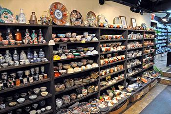 1階スペースの品揃えも錚々たるもの、有田・九谷と華やかな作品から、シンプルな染付けの蕎麦猪口やお碗と色々なものを扱っています。
