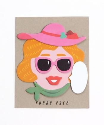540円(税込)  顔のパーツを組み合わせ、福笑いのように表情を作ることができるふせんです。伝言メモに最適です。