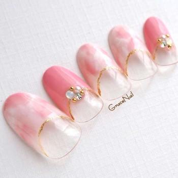 濃淡のあるピンクが指先をきれいに見せてくれます。小ぶりでもキラリと輝くストーンがアクセントになりますね。