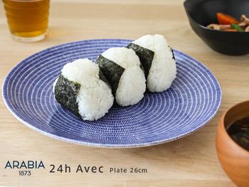 日本のソウルフードとして出てくる「おにぎり」。  とってもシンプルで、日常的な食べ物なんですが、海外で食べるとどうしてこんなにも美味しそうに見えるのでしょう?  おにぎりを「ARABIA 24h Avec」にのせていたのも話題になりました。フィンランド製ですが、和食器のようにも見えます。(写真はイメージ)