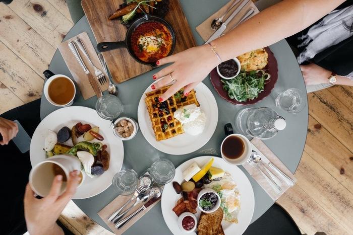 誰かと「おいしい」と言い合い、たとえ一人きりの食事であってもきちんと料理と対話すること。(写真はイメージ)