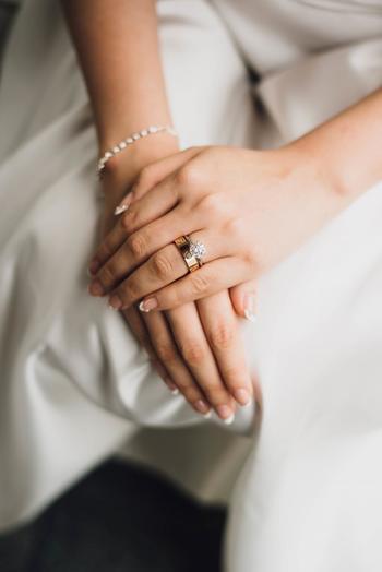 結婚式は、花嫁が主役となれる晴れの舞台。けれど気張らずに、いつものナチュラル系で望みましょう♪シンプルな中にも少しオリジナリティを出しつつ…お気に入りのブライダルネイルを見つけて頂ければと思います!