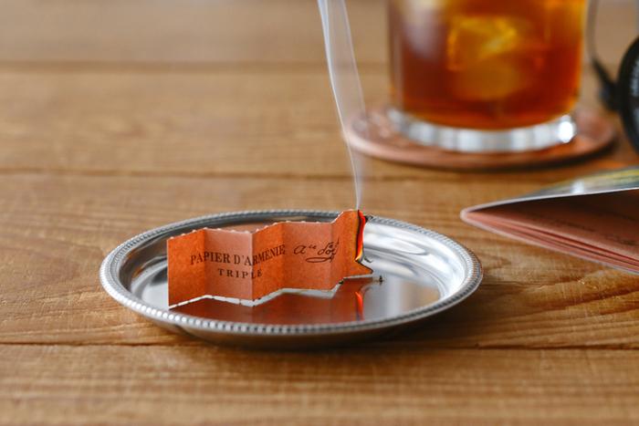 480円(税抜)  フランスに長年伝わる世界最古の紙お香です。消臭効果もあり、ほどよく甘い香りがゆっくりと広がります。いつもいい香りのあの人にぜひ。