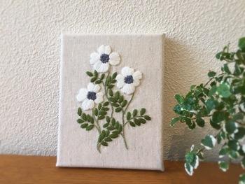 白いお花のファブリックパネル。ナチュラル感が素敵ですね。お部屋に明るさをプラスしてくれそうです。