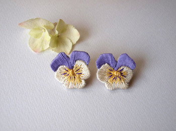 本物のパンジーの花そっくりのピアス。繊細な雰囲気の中に温かみも感じられるのは刺繍ならでは。