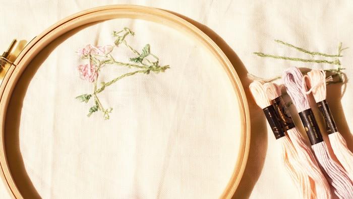 刺繍にはいろいろなステッチがあります。ここでは代表的なものを少しだけご紹介します。 なお、刺繍をする前に、刺繍をする布にはチャコペンなどで図案を下書きをしておきましょう。