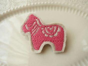 スウェーデンの伝統工芸品「ダーラナホース」の刺繍のブローチ。ダーラナホースは幸せを運んでくれると言われているそうですよ。