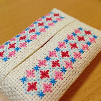 小さなお花がモチーフの刺繍。ポケットティッシュケースなら小さめなので、挑戦しやすいですね。